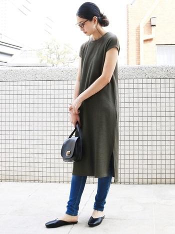 ワッフル素材のカットソーワンピは小さめの襟ぐりが大人上品な雰囲気。二の腕にぴったりと沿うラインで、腕がきれいに見えます。