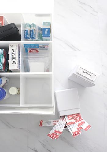 """無印の引き出しの中に、100円ショップ ダイソーの白い""""キッチンケース""""をin。「薬」の収納場所に! 仕切りが設けてあるので、種類ごとにスッキリと収納することが出来ます。"""