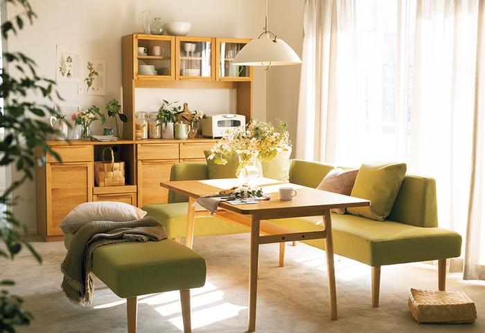 1LDKの場合、ダイニングテーブルに高さのあるソファを合わせるのもおすすめ。十分なダイニングスペースとくつろぎスペースを確保しつつ、寝室や収納にスペースを使うこともできます。高さがあるソファには明るい色を選ぶと、お部屋を狭く感じさせません。