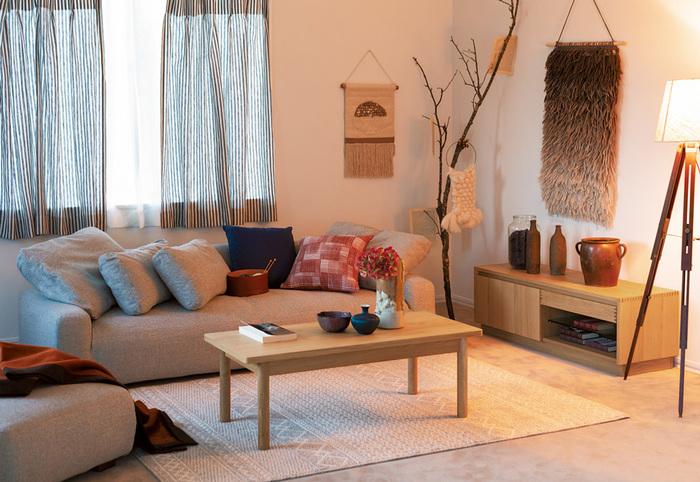 赤ちゃんがいるお家なら、思い切ってこのぐらい低いソファを選んでみてはいかがでしょうか。背もたれの配置によってもアレンジができるので、座っても寝転んでも快適です。