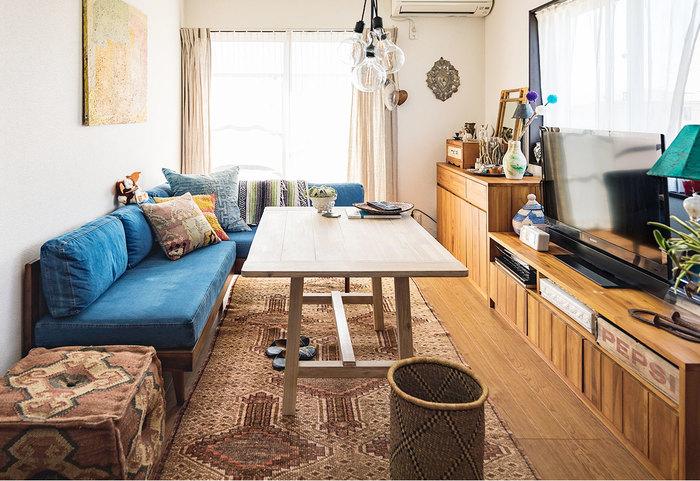 ソファをL字型にした配置は、友達を呼ぶことが多い方におすすめ。高さによっては、ダイニングテーブルと合わせて使えるものもあります。クッションをたくさん配置して、リラックスできる雰囲気を演出しましょう。