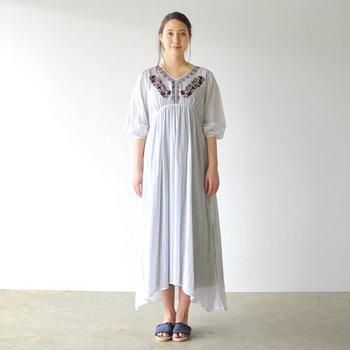 エスニック感満載の刺繍が、白のワンピースに映える一枚。足元はカジュアルにサンダルを合わせて。夏のお出かけにぴったりな爽やかなコーディネートです。