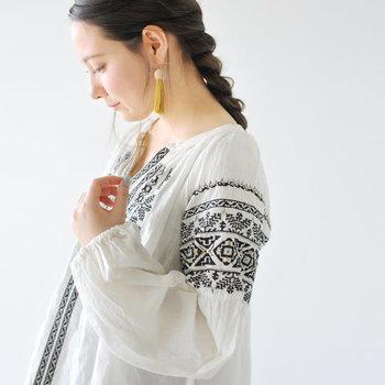 涼し気なリゾート感を演出できる、エスニックデザインのお洋服。特別な日だけでなくデイリーコーデにも取り入れてみませんか? ナチュラルな中にもちょっぴりエキゾチックな雰囲気を楽しめる、素敵なエスニックコーデをご紹介します。