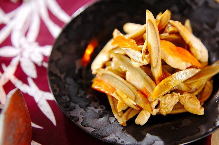 ごぼうと鶏ささみを黒酢などで炒めた、簡単なのにコクのある一品。食物繊維豊富なごぼうや低カロリー・高たんぱくな鶏ささみの組み合わせは、ダイエット中の方にもおすすめです。