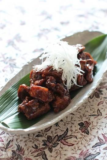 一般的に知られている野菜入りの広東風酢豚に対して、こちらは北京風酢豚。黒酢を使い、ケチャップなどは使わず、肉のみで仕上げる大人の酢豚です。