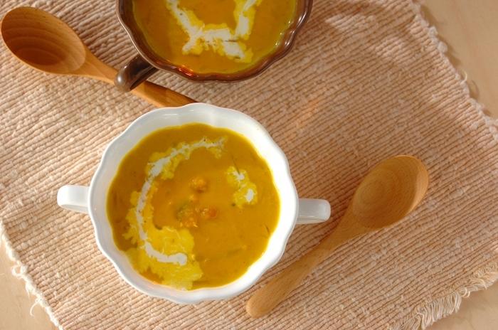 緑黄色野菜を主菜や副菜で補いきれない場合は、汁物で取り入れるのがおすすめ。こちらのスープはかぼちゃを裏ごしせず、マッシャーや木ベラで潰して食感を楽しみます。そのぶん手間が省けて時短にもなりますよ。