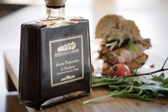 バルサミコ酢は、ぶどうの果実を搾った果汁を煮詰め、木の樽に詰めて長期熟成させたもの。熟成の過程で、オーク・クリ・サクラなど5つの種類の異なる樽で順に寝かせることで、独特の香りが生まれます。