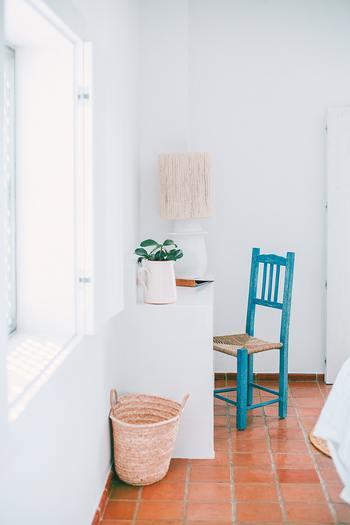 暮らしの中では紫外線を浴びるちょっとしたタイミングが多々あります。洗濯物を干している時や、日差しが差し込む窓際に座っている時など。長時間の外出をしない日でも、特に夏は少なくともSPF10・PA+程度の日焼け止めや化粧下地を利用しましょう。