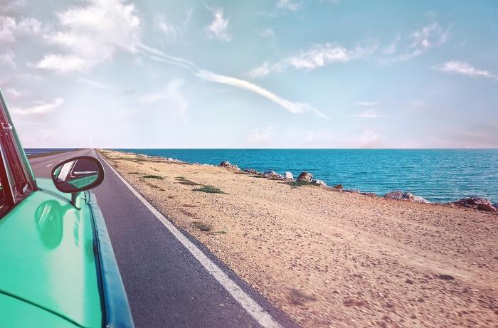 車の運転中も油断すると「片腕だけ真っ黒」ということがありますよね。車内でもSPF10~30・PA++程度の日焼け止めは塗っておきましょう。