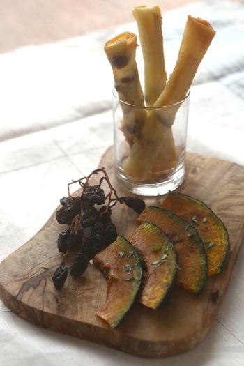 素揚げしたかぼちゃにバルサミコ酢を落とすだけの簡単な前菜なのに、とてもおしゃれなおいしさ。コクのあるバルサミコ酢と、かぼちゃの甘みがよく調和します。