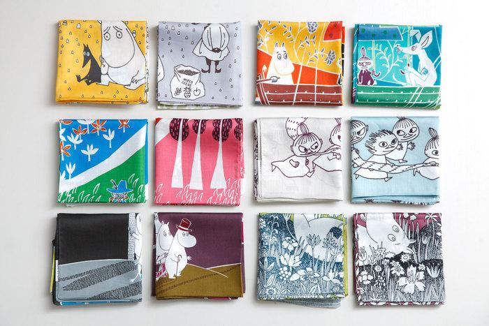 ヴィンテージファブリックのコレクターでもある鈴木さん。1950年代にトーベ・ヤンソンがデザインしたファブリックの現物を見たときのことが忘れられない。ムーミンをモチーフにデザインするときは、可愛らしさではなく、トーベ独特の少しひねくれた世界観を出せるように意識しているそう(写真:クォーターリポート) ©Moomin Characters™