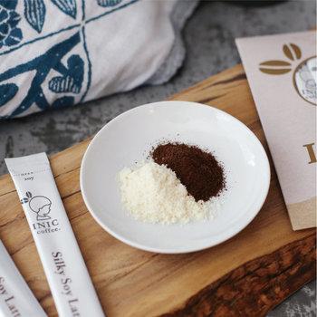 コーヒーは大豆本来の旨味が引き立つ深みのあるコロンビア&モカ。さらに、コクと甘みが強い北海道産の大豆「とよまさり」を使用しています。香り豊かでほっとする風味は、何かをしながらというよりも五感でじっくり味わいたくなります。