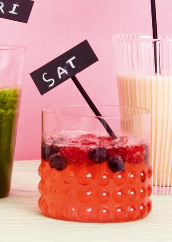 冷凍のベリー類を使って簡単にできるスカッシュ。フルーティなりんご酢とサイダーで、シュワッと爽快な1杯に。夏の渇きをすっきりと癒してくれます。