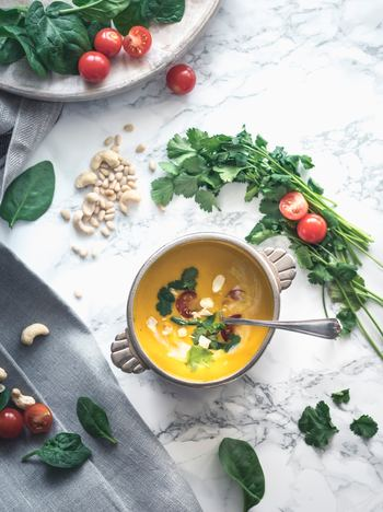 むくみを予防・解消するためにも、積極的に日々の食事に取り入れたい食べ物をご紹介します。レシピも併せて紹介していますので、さっそく今日から取り入れてみてくださいね。