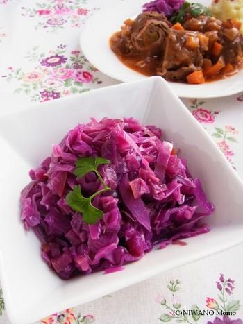 紫キャベツとりんごを蒸し煮したアプフェルロートコール。ドイツの肉料理の定番の付け合わせとして知られる彩り鮮やかなサラダです。りんごを使いますので、りんご酢の味わいがぴったり。