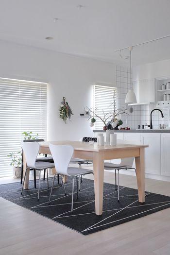 お気に入りのダイニングテーブルに、憧れの北欧チェアを組み合わせて。家具も家族も、大切なものに囲まれながらの食事なら、どんな料理もご馳走に変わるはず。