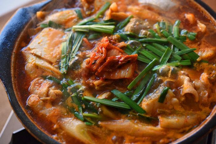 「白菜×豚バラ」コンビはピリ辛のキムチと相性抜群! 鍋にするなら、ごま油・生姜・にんにくで豚肉とキムチを炒めてから、だしや野菜、調味料を合わせます。色合いと味のアクセントを添えるように仕上げにニラとキムチをトッピング。