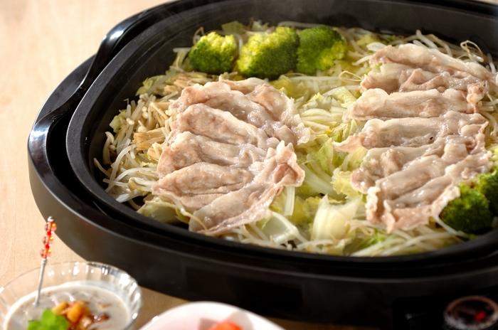 白菜をざく切りして、もやし、えのき、ブロッコリー、豚肉をのせます。そこに水を回しかけたら、蓋をして7~8分。 野菜がたっぷり食べられてヘルシーです!