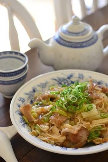 中華スープ、醤油、オイスターソースを加えて味を付けて、片栗粉を溶いてあんかけに。温かいごはんに盛れば、栄養バランスのいい丼の完成です。