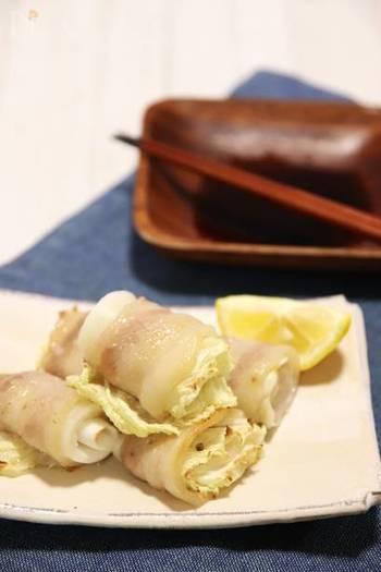 豚バラ肉に白菜をのせてクルクル巻いてオーブンへ。白菜は半分の大きさに切って電子レンジ(600w)で1分加熱しておくと巻きやすくなります。さっぱりポン酢で召し上がれ。