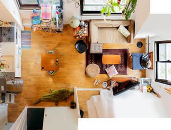 こちらはダイニングとリビングスペースを分けて配置するパターン。ダイニングテーブルにコンパクトなものを選べば、大きめのソファも置くことができます。