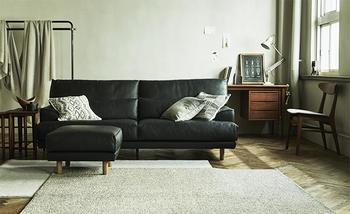 100年品質とも言われるマホガニー材のフレームに、縫製、シートのバネまでこだわり尽くしたハイバッグソファ。プレミアムなひとときを過ごすのにぴったりです。高さがありつつもスッキリ置けるのも嬉しい。