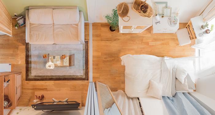 キッチンとお部屋がしっかり仕切られている1Kでは、ソファを置くとよりゆったりと過ごすことができます。透明なガラスのテーブルは圧迫感を与えないので、コンパクトなソファスペースに合わせるのにおすすめ。