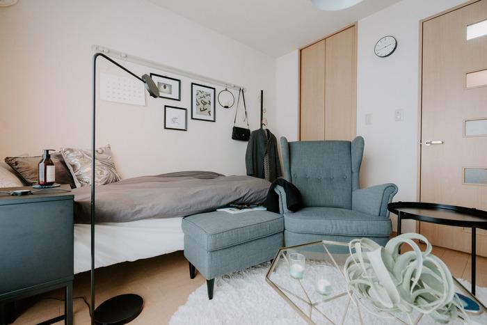 一人掛けソファなら、オットマンを置くスペースもできるかもしれません。足を伸ばしてくつろぐ以外に、サイドテーブルの代わりとして使うこともできます。落ち着いたグレーとモノトーンの家具を合わせれば、ホテルライクな雰囲気に。