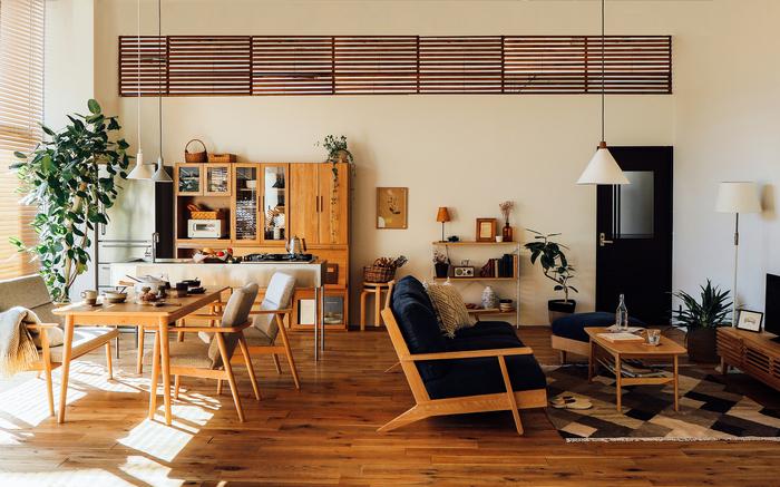 インテリアの雰囲気を変えたい場合でも、あまりに違うテイストにするよりは、つながりを感じさせるコーディネートにすることをおすすめします。照明の形や色、家具の色味などを揃えたり、リビング・ダイニングで使う色はそれぞれ3色までに抑えるのが、おしゃれなお部屋にするコツです。