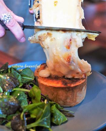 ラクレットチーズをたっぷりとかけてもらえるキッシュプレート♪キッシュの中には、グリュイエール、エメンタール、マンステール、グラナパダーノの4種類のチーズと、季節の野菜がたっぷり入っていて食べ応えがあります。