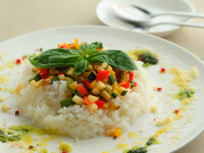 こちらは締めの一品としてもおすすめの「ごろごろ野菜のラクレットリゾット」。こだわりの農家直送野菜がふんだんに使われていて、さらりと食べられますよ。