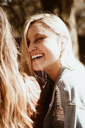 心理学の父ともいわれるウィリアム・ジェームズ。  楽しくない時というのは、本当に口角が上がらないものですね。気分を変えたいときには無理にでも口角を上げ、まずは自分を励ますように微笑みかけましょう。