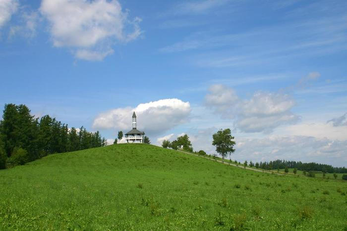 「北海道といえば、見渡す限り広がる広大なパノラマ!」を想像する方におすすめしたいのが、美瑛町の丘に建つ、「千代田の丘」の見晴台。とんがり屋根が特徴の、360度ガラス張りになっている展望台です。