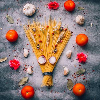 ロングパスタはどれも似ているようですが、実は種類がとても豊富。その中でも代表的なものをおすすめレシピとともに紹介していきます。