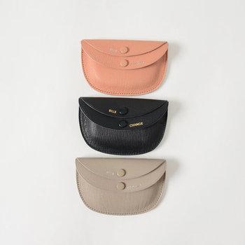 手のひらにすっぽりと収まるサイズなら、小ぶりなバッグでも場所を取らずに収納できます。ダブルフラップで、個性的な表情も可愛いお財布です。
