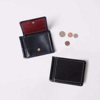 伝統的なスコットランドの職人が手掛けた洗練されたブライドルレザーのお財布。薄いシルエットながらも7枚もカードを収納できる優れもの。カラーリングも上品で、長く愛用できるアイテムです。
