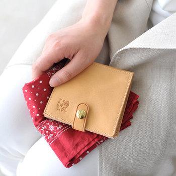 イタリアの人気レザーブランドであるIL BISONTE(イルビゾンテ)のお財布は、コンパクトなデザインも豊富に取り扱っています。トレードマークのバッファローの刻印がポイントです。