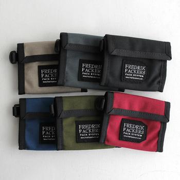 耐久性に優れた1000デニールコーデュラナイロンを使用したお財布は、アウトドアなシーンにおすすめ!サイドにはキーホルダーやカラビナ、ストラップを付けるのに便利なDカンが付いています。