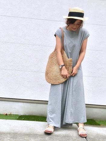 マキシ丈のカットソーワンピは体に馴染むやわらかさが魅力。カンカン帽とカゴバッグで避暑地への旅行のような雰囲気を醸し出しています。