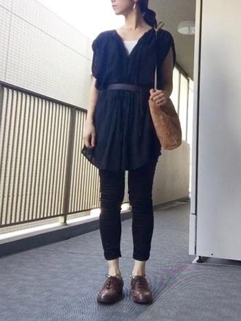 裾が長めのチュニックなら腰回りのボリューム感を上手に隠してくれます。ベルトでウエストマークすると足が長く見えますね。