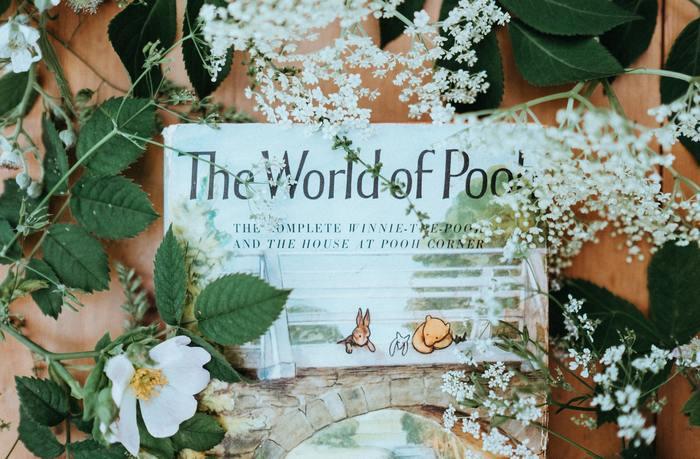 ウォルトディズニーのおなじみの人気キャラクター、くまのプーさん。1926年にA・A・ミルンが発表した児童小説が原作となっています。  A・A・ミルンは、息子のクリストファー・ロビンがお気に入りだったテディベアに着想を得て、この『くまのプーさん(Winnie-the-Pooh)』を執筆したそう。90年以上もの間、世界各国で幅広いファンから愛され続けている『くまのプーさん』は、まさに文学史に残る名作といえるでしょう。  綴られているのは、「100エーカーの森」で繰り広げられるプーとその仲間たちの物語。児童書とはいえ、「人生の本質」を純粋な目で見極めるプーの言葉は、大人の私たちにも「生きることの意味」を提言してくれます。
