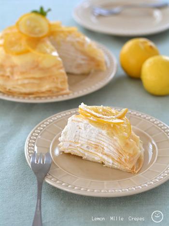 レモンのミルクレープは、生クリームにレモン果汁を混ぜ、仕上げにレモンのシロップ漬けを飾ります。生地はクレープミックスを使うことで少し時短に。さっぱり、そしてほろ苦さも感じる絶妙な美味しさです。