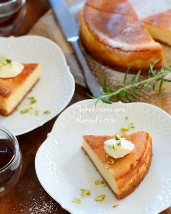 レモンと相性の良いケーキといえば、チーズケーキは外せません。たっぷりのレモン果汁とヨーグルトを使用したヘルシーなレシピ。順番に混ぜて型に流して焼くだけなので、簡単に作れますよ。