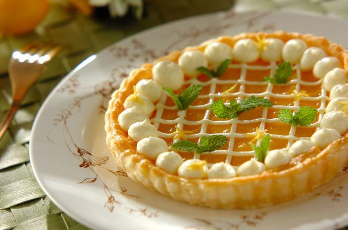 食卓に大きなひまわりが咲いたように、テーブルガぱっと明るくなるレモンパイ。冷凍パイシートを使うことで意外と手軽に作れます。レモン香るクレームシトロンが、甘酸っぱくて美味しい♪