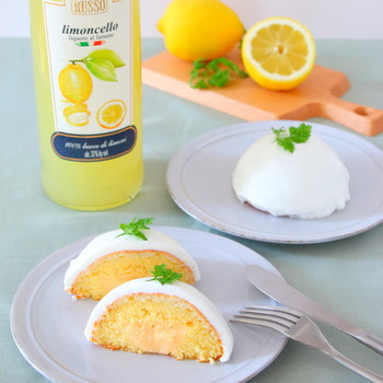 レモンのリキュール「リモンチェッロ」を使ったお菓子のレシピです。レモン風味のシロップをスポンジに染みこませ、外側もリモンチェッロをたっぷり使った生クリームでコーティング。そして、スポンジ生地の中にはカスタードクリームを入れて、甘酸っぱさとしっとりした口溶けを楽しみましょう。
