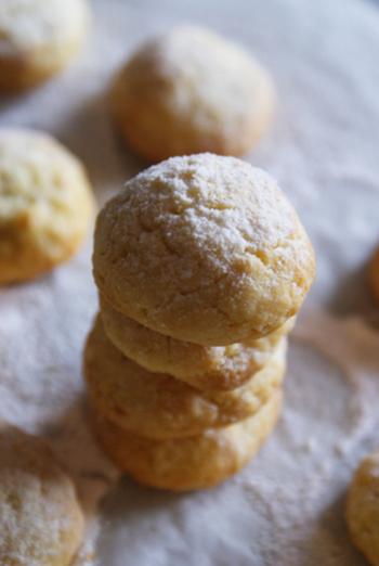 コロコロと丸めて作る、素朴な雰囲気のクッキー。レモンの皮もすりおろして入れるので、レモンを余すことなく楽しめます。爽やか風味なので、ぱくぱく食べられちゃいそうですね。
