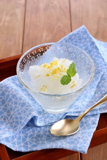 こちらは、日本酒を使い、レモンの果汁を入れすりおろした皮で飾った、大人のためのグラニテです。目にも涼しいシャーベットは、透き通ったガラスの器が似合います。日本酒はお好みのものをどうぞ。