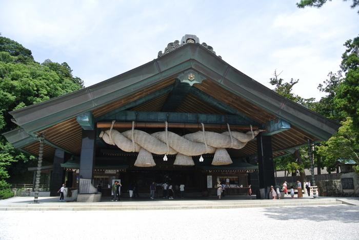 ●神楽殿 日本最大級の大注連縄で有名ですね。こちらを本殿だと思っている人も多いようですが、祭典や祈願などが行われる場所です。神社には珍しく、建築装飾にステンドグラスが使用されています。