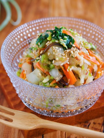 5分で出来上がる、白菜を使った簡単副菜レシピです。にんじんをプラスして彩りもばっちり!梅干しの酸味・砂糖の甘味・昆布と和風だしの旨味が合わさり、ヤミツキになる味わいに。