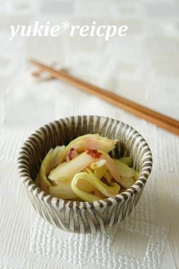 セロリをたっぷりと食べることができる梅和えレシピ。材料はセロリと梅干し、ごま油だけとごくシンプル!さっぱりしていて口直しにぴったりの一品です。